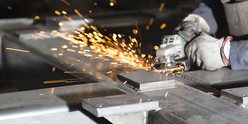 immagine uomo al lavoro su attrezzatura metallica